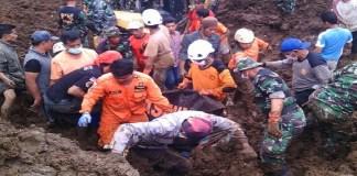 TNI Jember, Polres Jember AKBP Kusworo Wibowo, BASARNAS dan BPBD membuahkan hasil dengan ditemukannya lokasi korban tertimbun lonsoran tanah. (Foto: Sis/NusantaraNews)