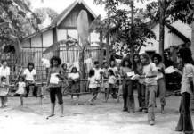 Rendra bersama anggota Bengkel Teater yang lain latihan di antara warga kampung Ketanggungan Yogyakarta. Foto: Dok. Tembi Rumah Budaya