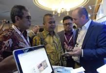 (Kiri-kanan) Direktur Digital Strategic & Portfolio Telkom David Bangun, Komisioner Badan Regulasi Telekomunikasi Indonesia (BRTI) Agung Harsoyo, SVP Media & Digital Business Telkom Joddy Hernady dan CEO Cellum Janos Koka (paling kanan) saat berdiskusi di area booth layanan digital Digi Summit TelkomGroup 2017 di Jakarta (23/11). Foto: Istimewa