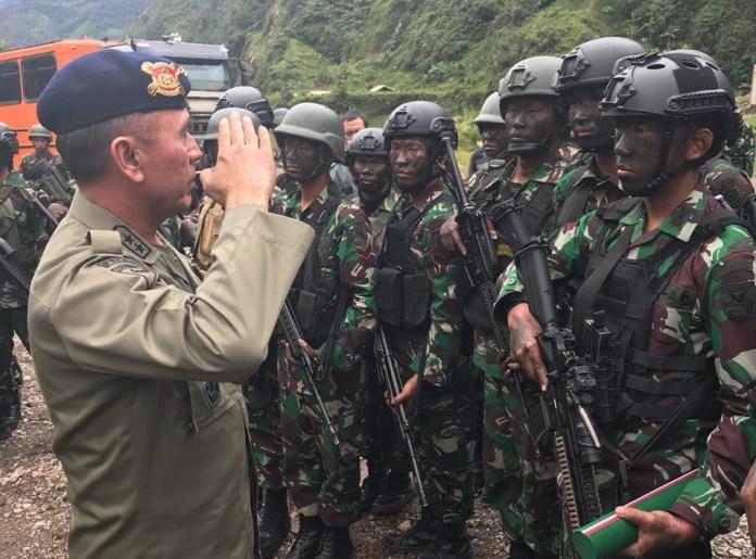 Asisten Operasi (Asops) Kapolri Irjen M Iriawan memberikan hormat dan berterima kasih kepada personil/prajurit TNI yang telah berhasil membebaskan warga yang disandera di Desa Kimbeley dan Bunti, Tembagapura, Papua. Foto: Dok. Istimewa
