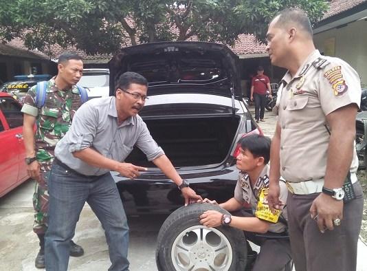 Kades Cibodas zaenal Abidin sedang di mintai keterangan oleh pihak Polsek Bungursari, Purwakarta usai kejadian perampokan. Foto Fuljo/ NusantaraNews