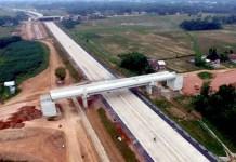 Foto aerial pembangunan jalan Tol Trans Sumatera ruas Bakauheni – Terbanggi Besar paket 4 di Kawasan Bandar Jaya, Lampung Tengah, Lampung/Foto KPPIP