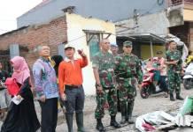 TNI, Polisi dan BPBD turun ke lokasi yang terkena terjangan angin puting beliung di Sidoarjo, Rabu 22 November 2017. Foto: Dok. Penrem