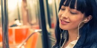 Mendengarkan musik. Foto: sheknows.co