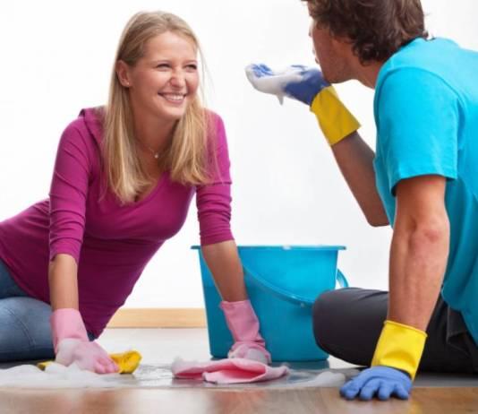 Bersama-sama membersihkan rumah. Foto: Ilustrasi/Via iStock