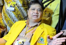 Ketua Umum definitif Partai Golkar, Airlangga Hartarto mendoakan Setya Novanto. Foto: Metro