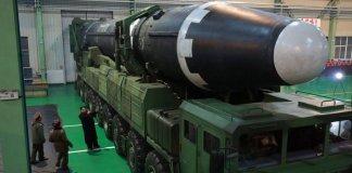 Peluru kendali jarak jauh Korea Utara, atau rudal balistik antar benua, ICBM; Hwasong-15. Foto: Kim Tong-Hyung/Via AFP