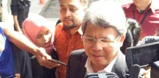 Advokat Todung Mulya Lubis tiba di Gedung Komisi Pemberantasan Korupsi (KPK). Foto: NusantaraNews/Restu Fadilah