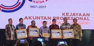 Wakil Ketua BPK Bahrullah Akbar bersama Kemenkumham, Gub Jatim, Dirut BCA dan Wapres Jusuf Kalla saat penyerahan Accountant Award 2017 (Foto Istimewa/Nusantaranews.co)