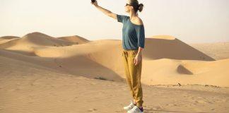 Mencari sinyal handphone. Foto: Ilustrasi/Via Shutterstock