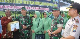Danrem 081/DSJ Didampingi Ketua Persit KCK Koorcab Rem 081 Berikan Bantuan Kepada Korban Banjir Kec. Sawoo. Foto: Dok. Pendim