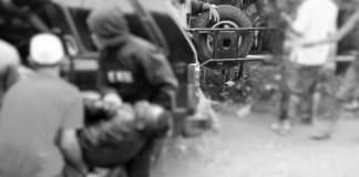 Tragedi berdarah kembali terjadi di jalan Desa Bilis-bilis, Kecamatan Arjasa, Kepulauan Kangean, Kabupaten Sumenep, Madura, Jawa Timur, satu orang nyaris tewas dua lainnya di nyatakan luka luka, Jumat (12/01/2018). Foto: Mahdi Alhabib/NusantaraNews