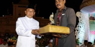 Penyerahan hadiah Sumenep Ward Tahun 2017 dari Bupati Sumenep, Madura, Jawa Timur. Foto: Mahdi Alhabib/NusantaraNews