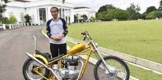 Presiden Jokowi saat menerima motor kreasi anak bangsa di Istana Kepresidenan Bogor, Provinsi Jawa Barat, Sabtu (20/1). (Foto: BPMI) Presiden Jokowi saat menerima motor kreasi anak bangsa di Istana Kepresidenan Bogor, Provinsi Jawa Barat, Sabtu (20/1). (Foto: BPMI)