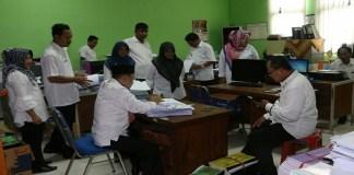 Bupati Sumenep tampak sibuk mengecek sejumlah dokumen di Dinas Pendidikan Sumenep Madura. Foto: Mahdi Alhabib/NusantaraNews