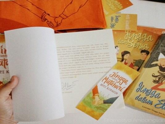 Buku Jingga Hingga Matahari karya Esti Kinasih. Foto: Istimewa