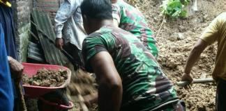Kerja bakti memperbaiki rumah tang tertimpa tanah longsor di Tulungagung. Foto: Kodim Tulungagung/Istimewa