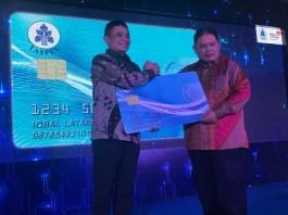 Direktur Enterprise & Business Service Telkom Dian Rachmawan (kiri) saat menyerahkan Taspen SmartCard kepada Direktur Utama Taspen Iqbal Latanro (kanan) di Bogor, Jumat (19/1).