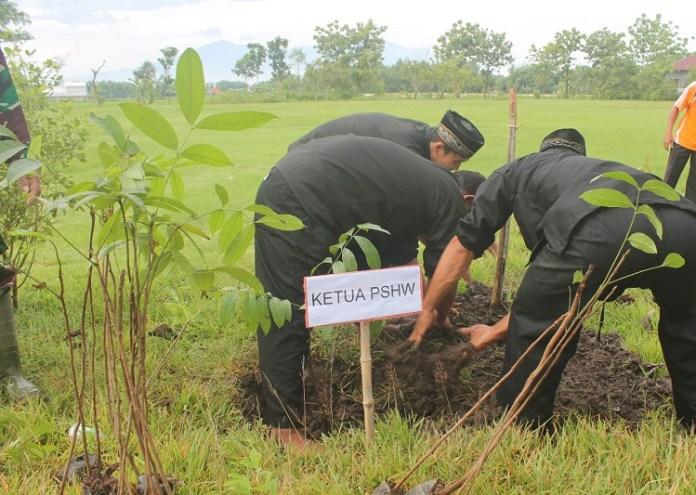 Program Hijaukan Jalur Nganjuk-Bojonegoro untuk kurang emisi karbon (Foto Istimewa/Nusantaranews)