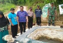Wakil Bupati Pacitan Yudi Sumbogo bersama rombongan ditemani Danramil Tegalombo tinjau lokasi Sendang Jenderal Soedirman. Foto: Istimewa