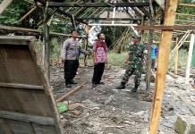 Babinsa dari Koramil 0812/07 Bluluk yang dipimpin Serda Agus bersama Babinkamtibnas melaksanakan karya bakti perbaikan rumah milik warga binaan di Dusun Kedunggede Desa Kuwurejo Kec Bluluk, Kabupaten Lamongan, Kamis (18/01/2018).