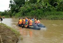 Para relawan mencari bocah yang hilang akibat terseret arus sungai Catak Banteng di Jombang. (Foto: Istimewa/NusantaraNews)