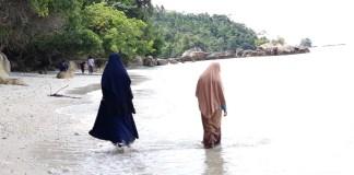 Mahasiswa KKN Unila Kunjungi Wisata Religi Gunung Dalom di Pantai Tirom awi, Karangberak Pematangsawa, Tanggamus. (FOTO: NUSANTARANEWS.CO/RFT)