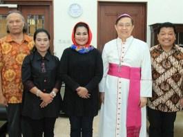 Calon Wakil Gubernur Jawa Timur Puti Guntur Soekarno mengunjungi Uskup Gereja Katolik Keuskupan Malang, Mgr. Henricus Pidyarto Gunawan, O.Carm. (Foto: NUSANTARANEWS.CO/Setya)