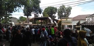 Ratusan warga sedang menonton penahaan tersangka korupsi di kantor kajari Purwakarta. Foto: NusantaraNews/Fuljo