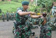Letnan Kolonel Infanteri Rudianto memimpin acara tradisi penerimaan warga baru Brigif Raider 9 Kostrad