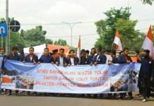 Mahasiswa Lakukan Long March ke Gedung DPRD Bangkalan. (Foto: Zubairi/NusantaraNews)