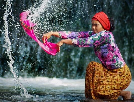 Mencuci Baju. (Foto: E-One Photography)