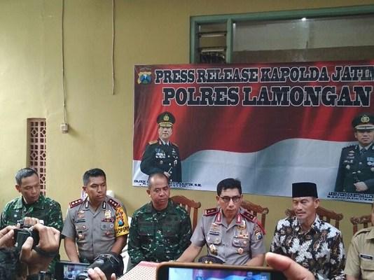 Kapolda Jawa Timur dan Pangdam V Brawijaya menggelar konferensi pers di Polres Lamongan terkait isu penyerangan terhadap KH Hakam Mubarok. (Foto: Istimewa)