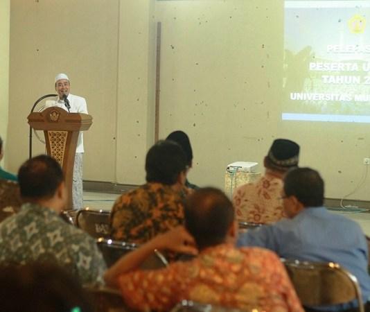 Dr. KH. Ahmad Faiz di Universitas Muria Kudus (UMK) memberikan ceramah kepada calon peserta umroh dair kampus tersebut. (Foto: Rosidi)