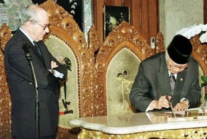 Presiden Soeharto menandatangani paket IMF disaksikan oleh Michel Camdessus