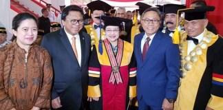 Megawati Soekarnoputri (Tengah) saat menerima gelar Doktor Honoris Causa. (Foto: Istimewa)