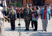 Bupati Madiun H Muhtarom telah menyematkan pita perwakilan pelaksanaan (IP4T) partisipatif dan (PTSL). (Foto: Arief Safuan)