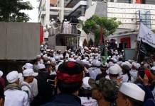 Massa Front Pembela Islam (FPI) berdemonstrasi di Kantor Majalah Redaksi Tempo, Jl. Palmerah Barat, Kebayoran, Jakarta Selatan, Jumat (16/3/2018). (FOTO: Istimewa)