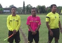 Wasit dan hakim garis turnamen sepakbola Jago Kapuk yang memperebutkan Piala Perseko Cup di Kabupaten Kediri. (Foto: Istimewa)