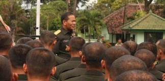 Kasdam V Brawijaya Brigjen TNI Widodo Iryansyah di tengah-tengah prajurit TNI. (Foto: Istimewa)