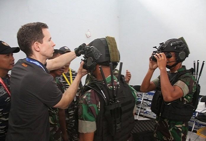 Cara penggunaan Savox Communication oleh TNI AL. (Foto: Puspen TNI)
