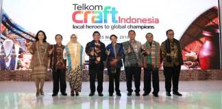"Menteri BUMN RI Rini M. Soemarno (keempat dari kanan) berfoto bersama Direktur Utama Telkom Alex J. Sinaga (keempat dari kiri), Komisaris Utama Telkom Hendri Saparini (ketiga dari kiri) dan Deputi Bidang Usaha Jasa Keuangan Kementrian BUMN Gatot Trihargo (ketiga dari kanan) usai membuka Telkom Craft Indonesia 2018 di Jakarta (22/3). Telkom Craft Indonesia 2018 yang mengusung tema ""Local Heroes to Global Champion"" berlangsung pada 22 - 25 Maret 2018 di Jakarta Convention Center (JCC), diikuti sekitar 400 UMKM binaan Telkom dan sejumlah BUMN lain. (Foto: Istimewa)"
