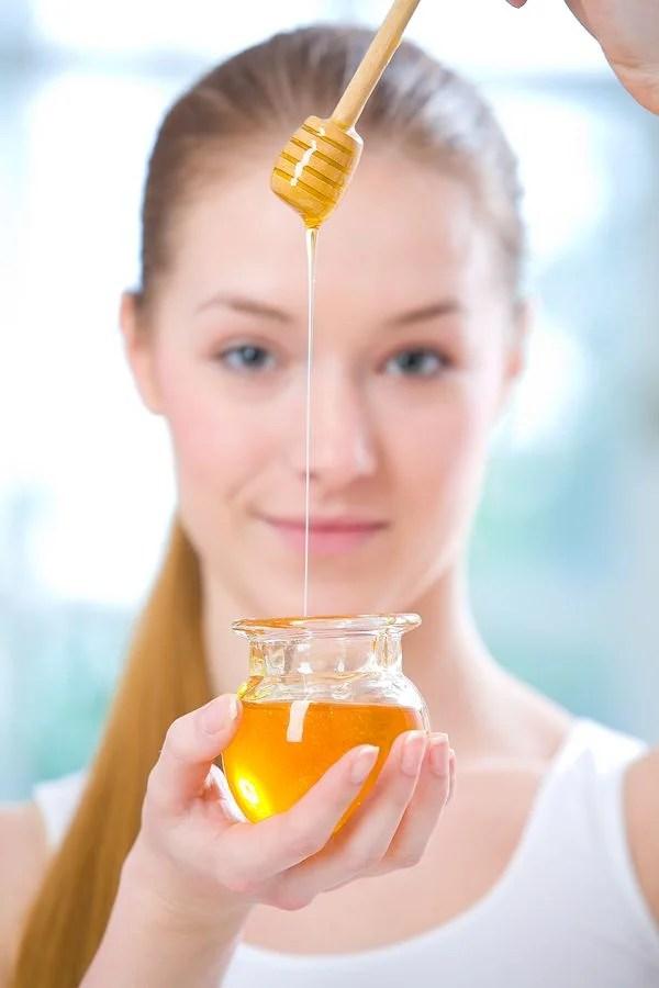 mujer joven con miel