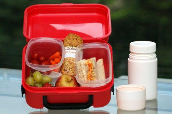Mini Legumes sortidos + Cookie de cereais + Pão integral com cenoura e ricota + frutas sortidas + água