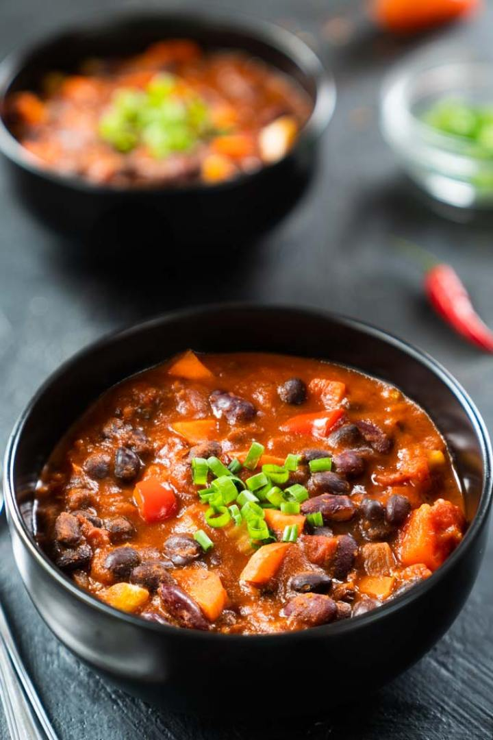 vegan chili with beans and veggies