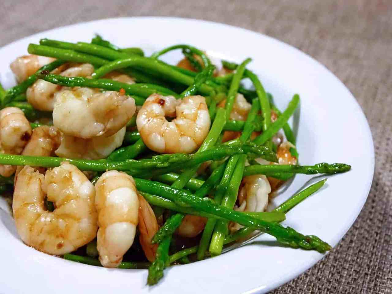 Asparagus and prawns