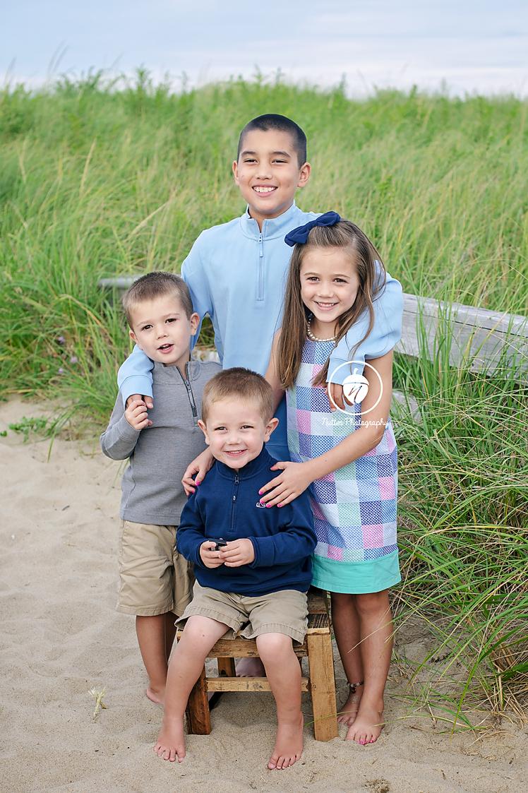 4 siblings at beach