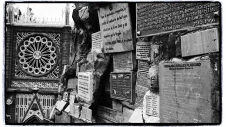 dileği kabul olanlar kesesine göre teşekkür plaketleri ile bazilikaya giden yoldaki duvarları donatmışlar
