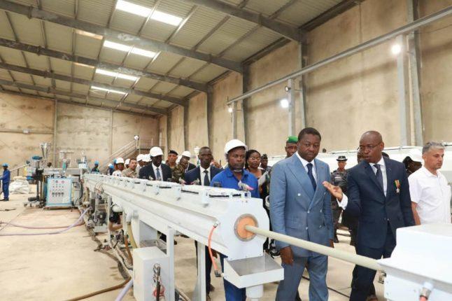 Le chef de l'Etat SEM Faure Gnassingbé visitant l'usine Africa Plastic