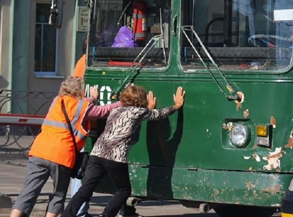 Женщину-водитиля насмерть зажало между троллейбусами